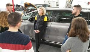 """f4y-Trainerin, Sabine Blum erklärt den Workshop-Teilnehmern alles zum Thema """"bedarfsorientierte Fahrzeugpräsentation"""""""